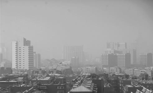 """图为1月12日,霾""""锁""""省城济南。记者周里摄"""
